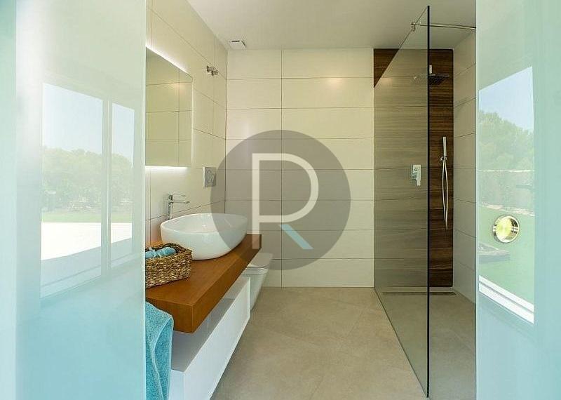 modern-newbuild-villa-in-benidorm-second-bathroom