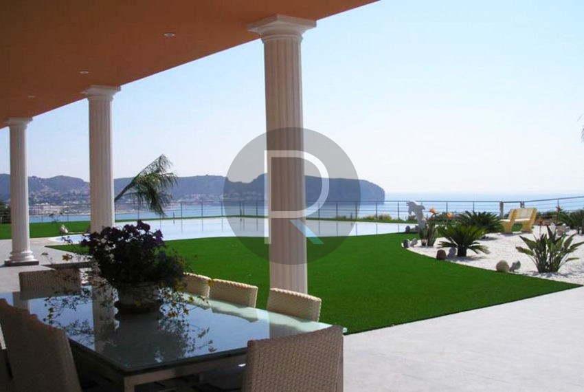 villa-first-sealine-moraira-for-sale-garden