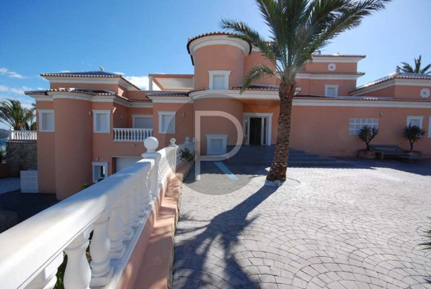 villa-first-sealine-moraira-for-sale-parkingarea