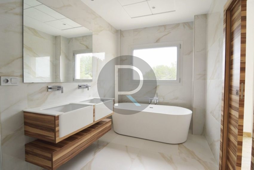 Bathroom Master Bedroom02
