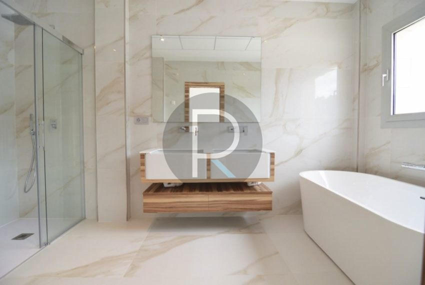 Bathroom Master Bedroom03