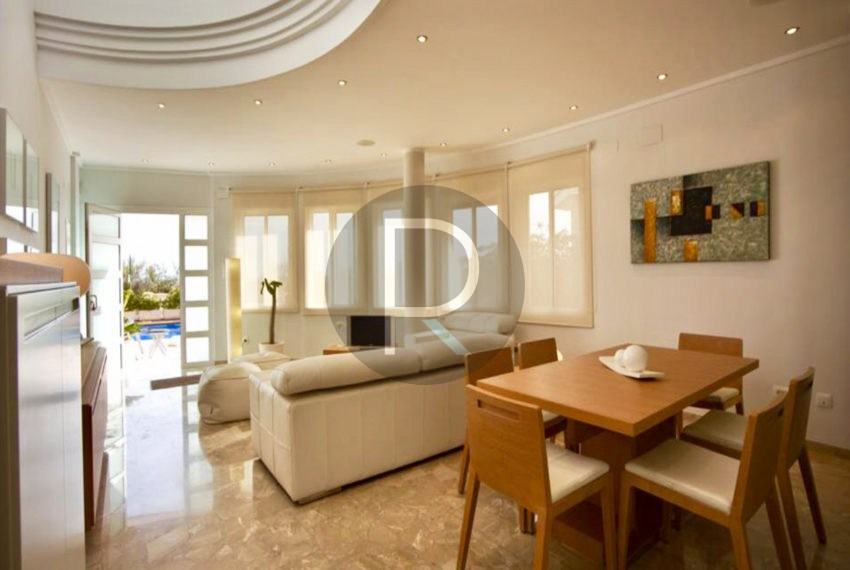 villa-first-sealine-oliva-for-sale-diningarea