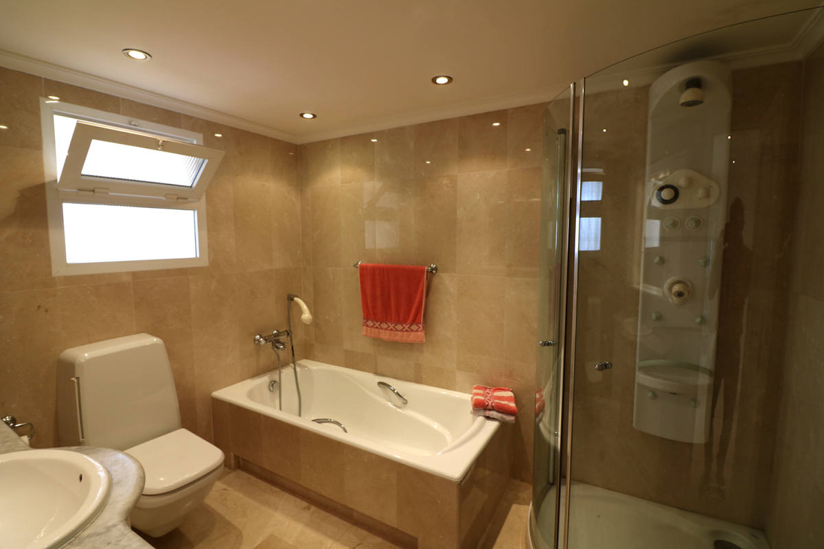 Very Nice Apartment In The First Sea Line In Benidorm With Fantastic - Nice-apartment-bathrooms