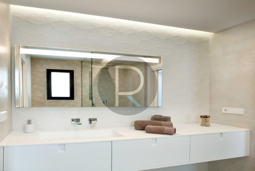 luxury-villa-in-benitachell-white-bathroom