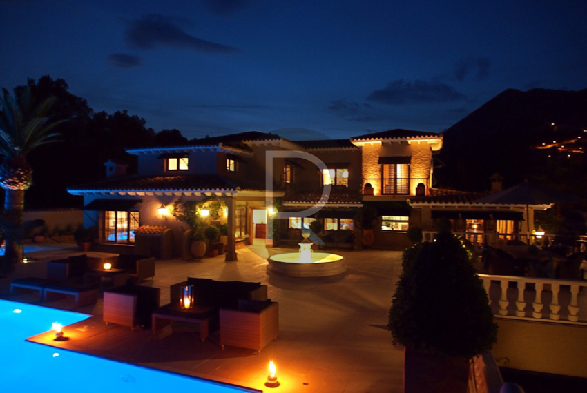 exclusiv-luxury-villa-with-seaviews-in-altea-by-night