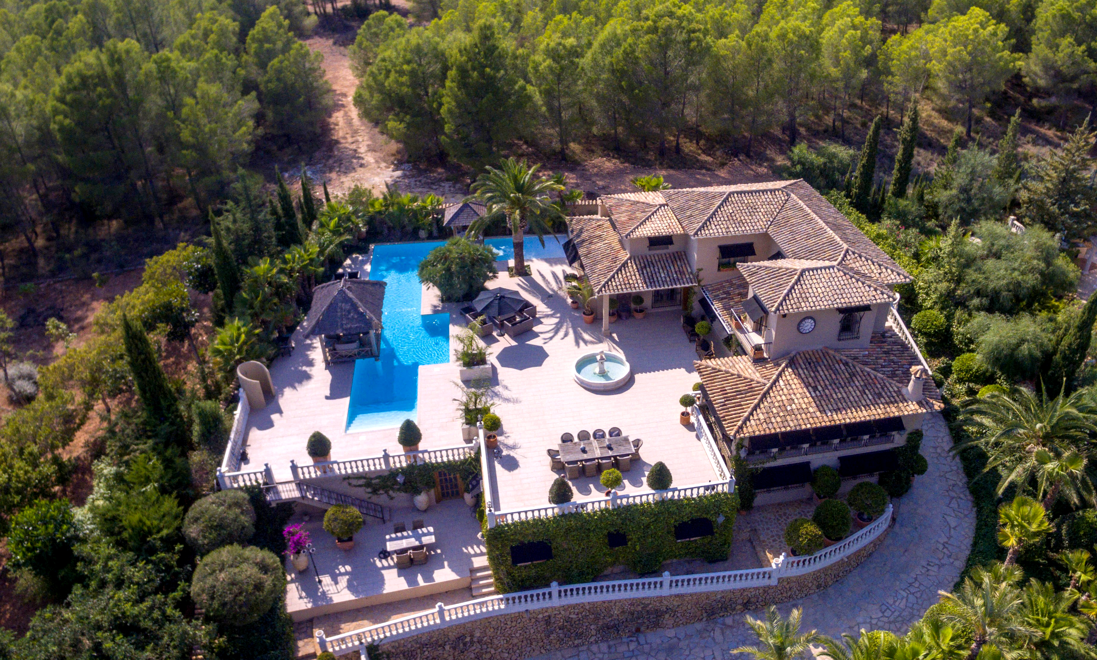 Exclusive luxury villa on a plot of 2.516 m2 in Altea
