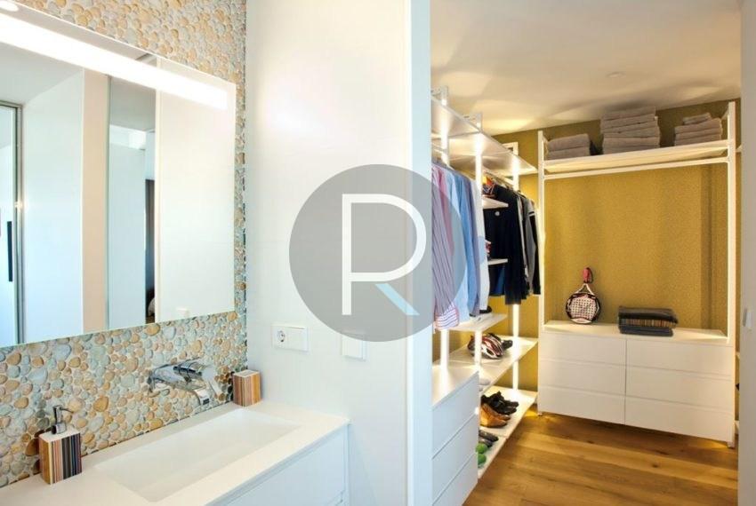 modern-luxury-villa-with-stunning-seaview-in-benitachell-bathroom-and-wardrobe