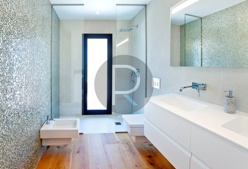 modern-luxury-villa-with-stunning-seaview-in-benitachell--bathroom-with-sower