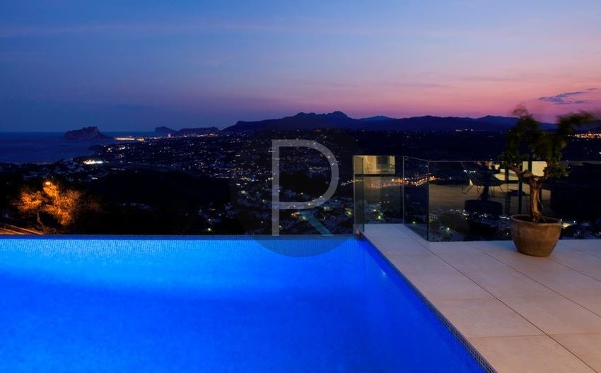 modern-luxury-villa-with-stunning-seaview-in-benitachell-view-in-the-night