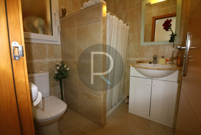 beautiful-cozy-house-in-calpe-near-the-beach-and-the-citycentre-poolterrace-poolarea-bathroom