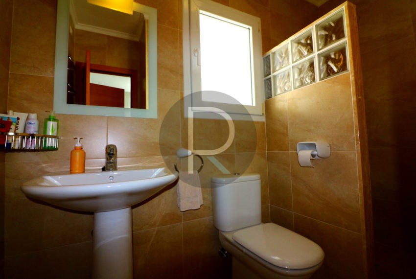 beautiful-cozy-house-in-calpe-near-the-beach-and-the-citycentre-poolterrace-poolarea-bathroom3